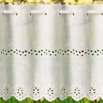 белая занавеска с вышивкой по середине