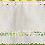 занавеска из белой ткани с вышивкой